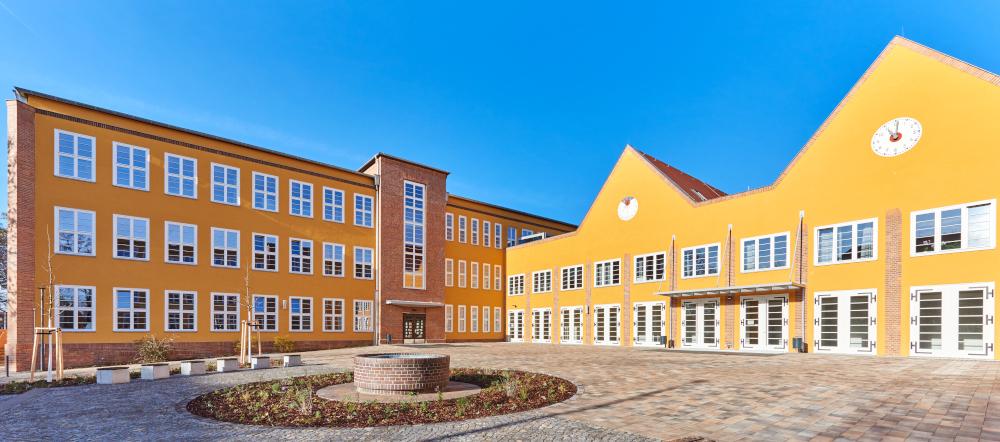 Schulhaus von vorn