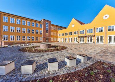 Schulhof vorn
